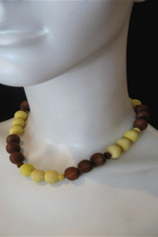 Early era 30s to 40s bakelite necklace